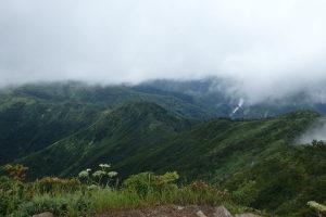 山頂より兎岳、中ノ岳へ続く稜線